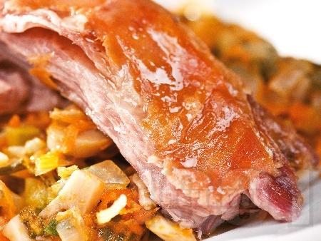 Печено ярешко месо с гъби печурки, киселец и зеленчуци на фурна - снимка на рецептата